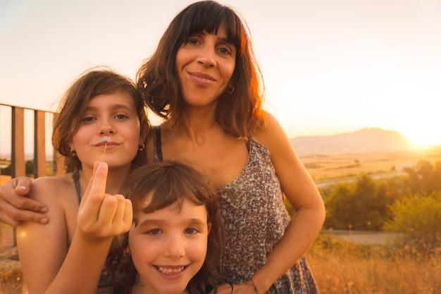 Jonge moeder met haar kinderen