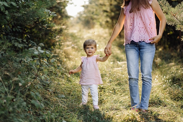 Jonge moeder met haar schattige kleine baby in bos