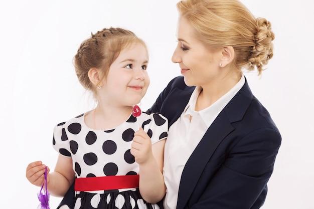 Jonge moeder met kleine dochter is blij en lachend