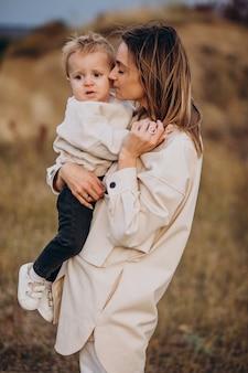 Jonge moeder met plezier met haar zoontje