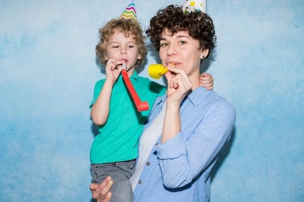 Jonge moeder plezier met zoon op verjaardagsfeestje