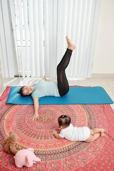 Jonge moeder thuis oefenen
