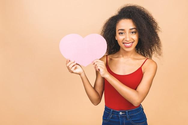 Jonge mooie afrikaanse amerikaanse vrouw met een roze hart