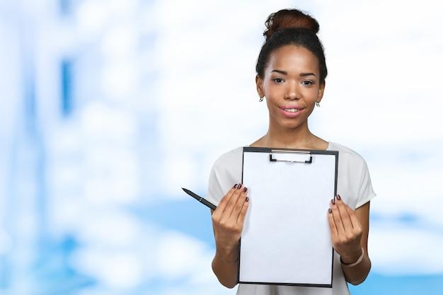 Jonge mooie afrikaanse amerikaanse vrouw met klembord