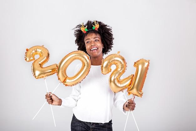 Jonge mooie afrikaanse rendierhoorns op haar hoofd met ballonnen 2021