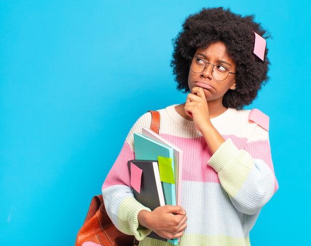 Jonge mooie afro student vrouw