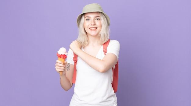 Jonge mooie albino-vrouw die zich gelukkig voelt en een uitdaging aangaat of het zomerconcept viert