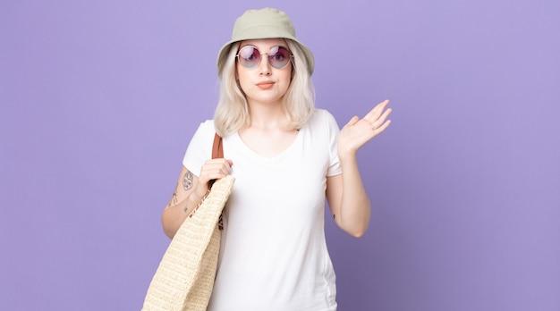 Jonge mooie albinovrouw die zich verward en verward en twijfelend voelt. zomer concept