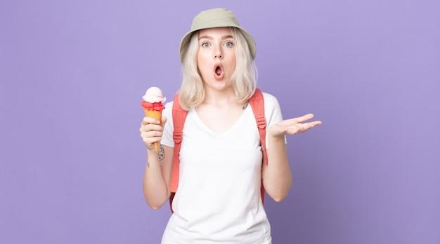 Jonge mooie albinovrouw verbaasd, geschokt en verbaasd met een ongelooflijke verrassing. zomerconcept
