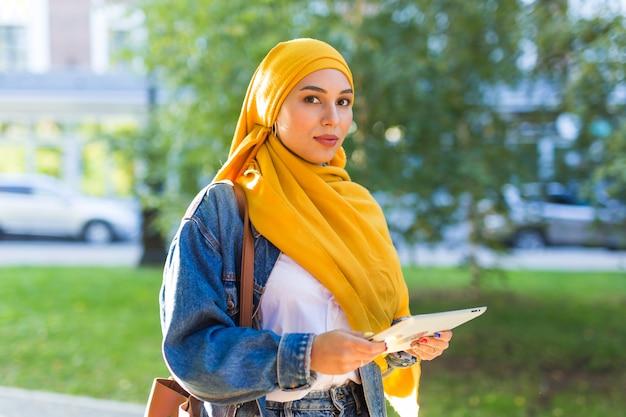 Jonge mooie arabische vrouw die hijab draagt