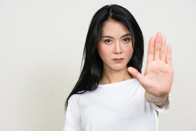 Jonge mooie aziatische geïsoleerde vrouw