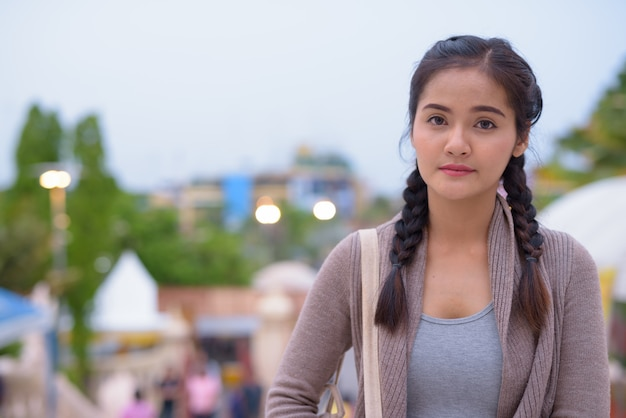 Jonge mooie aziatische toeristenvrouw die nakhon pathom onderzoekt