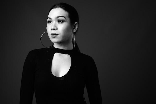 Jonge mooie aziatische transgender vrouw denken in zwart-wit