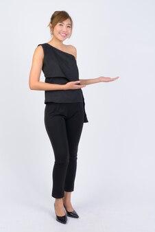 Jonge mooie aziatische zakenvrouw