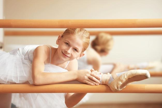 Jonge mooie ballerina poseren in dansstudio