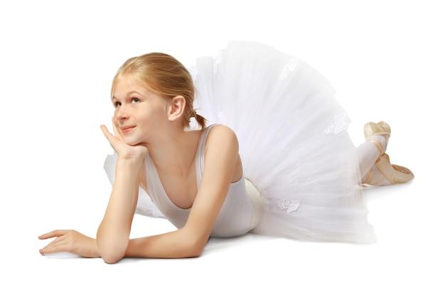 Jonge mooie ballerinadanser op grijs