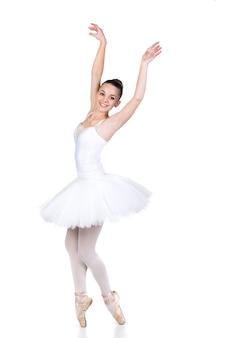 Jonge mooie balletdanser in dansen in witte kamer.