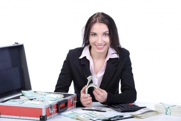 Jonge mooie bedrijfsvrouw die veel geld voorstelt.