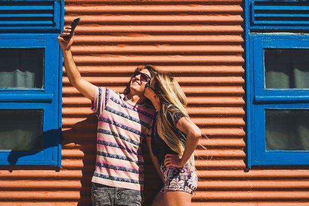 Jonge mooie blanke mensen paar nemen een selfie foto samen met een kus