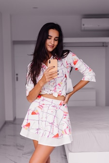 Jonge mooie blanke vrouw fashion blogger stijlvolle kleding dragen