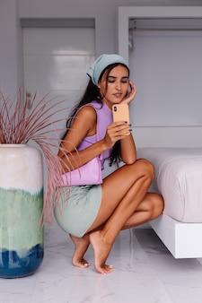 Jonge mooie blanke vrouw fashion blogger stijlvolle kleding en hoofddoek dragen