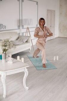 Jonge mooie blanke vrouw met blond haar en mooi gezicht die yoga doet in verschillende poses