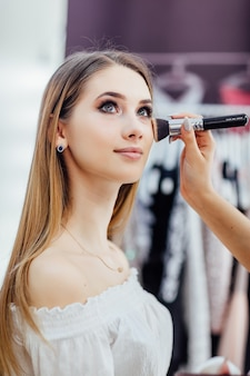 Jonge mooie blonde vrouw met natuurlijke make-up