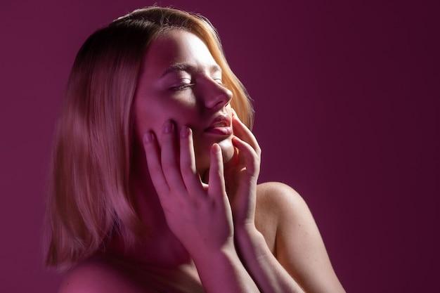 Jonge mooie blonde vrouw met schone stralende huid