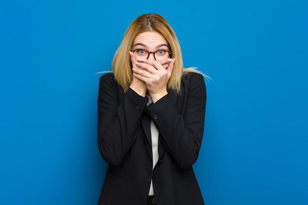 Jonge mooie blonde vrouw voelt zich gestrest, gefrustreerd en moe
