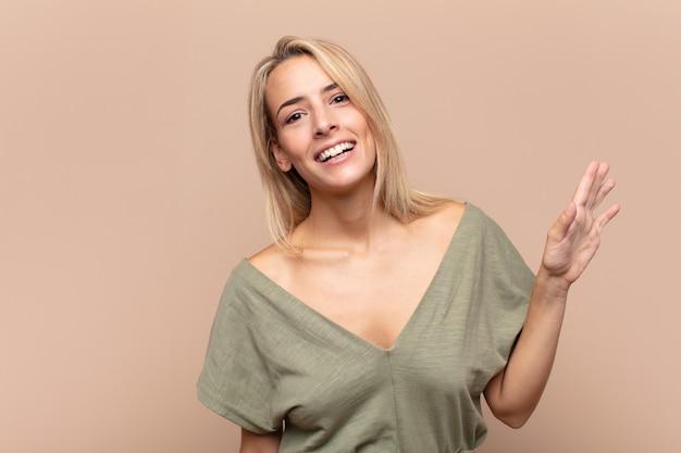Jonge mooie blonde vrouw