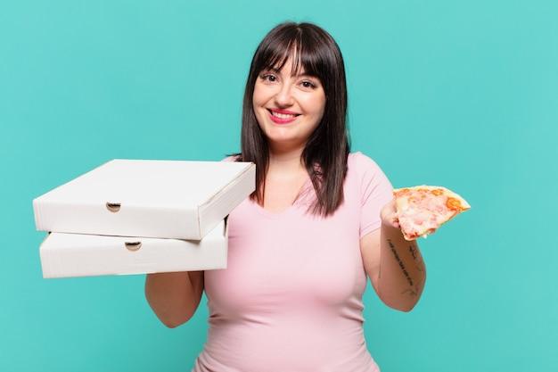 Jonge mooie bochtige vrouw gelukkige uitdrukking en met een pizza