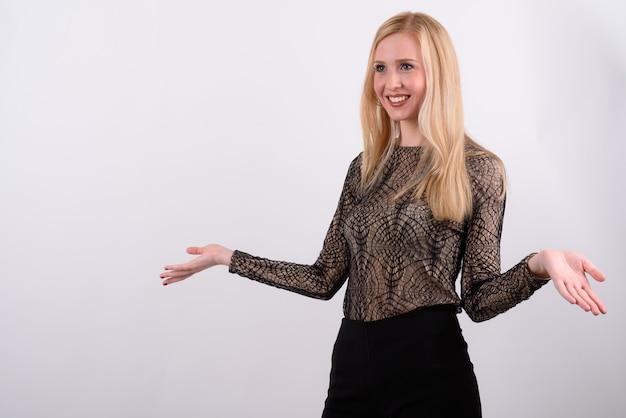 Jonge mooie britse vrouw met blond haar tegen witte achtergrond