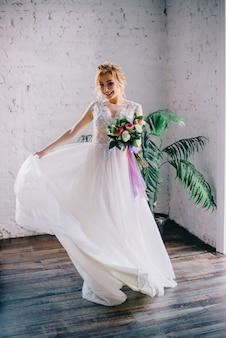 Jonge mooie bruid glimlachend en spinnen in het hok