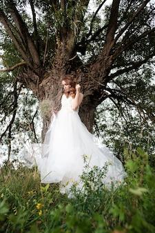 Jonge mooie bruid in witte trouwjurk