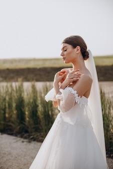 Jonge mooie bruid op haar bruiloft