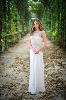 Jonge mooie bruiloft bruid in een mooie jurk