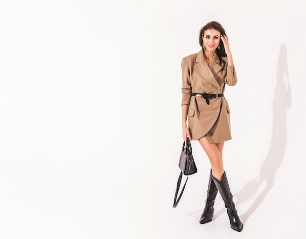 Jonge mooie brunette meisje in mooie trendy zomer pak kleding