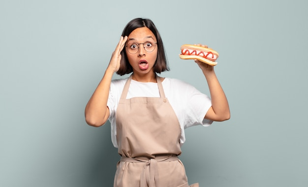 Jonge mooie chef-kokvrouw. snel voedselconcept