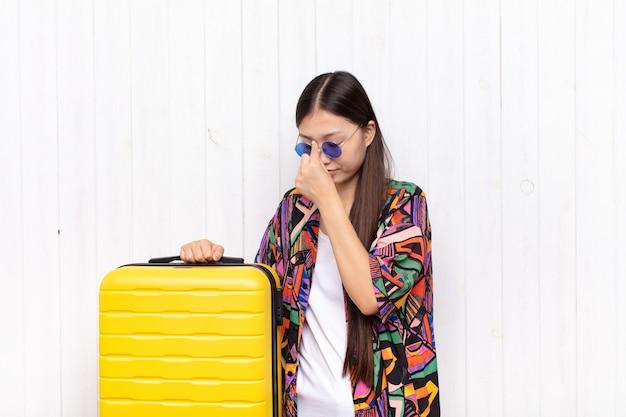 Jonge mooie chinese toeristenvrouw