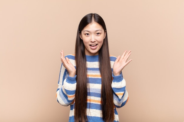 Jonge mooie chinese vrouw