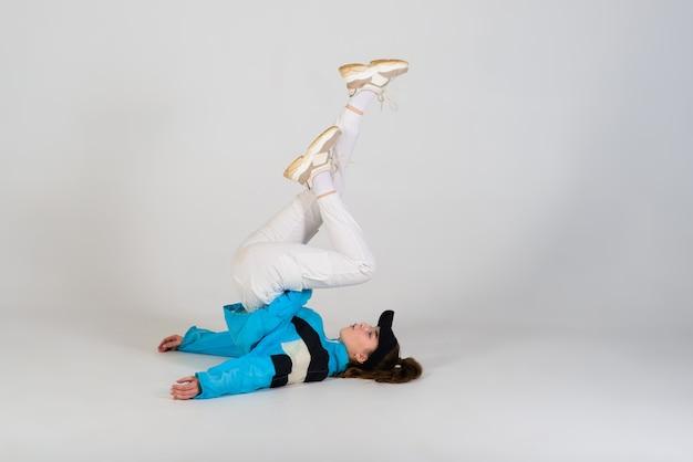Jonge mooie danseres poseren op een studio achtergrond