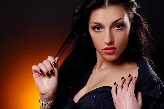 Jonge mooie donkerbruine sexy vrouw