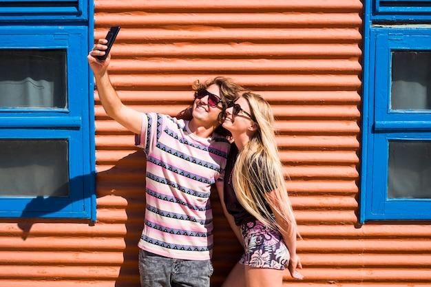 Jonge mooie duizendjarige kaukasische paar mensen man en vrouw selfie foto samen in relatie voor zomervakantie