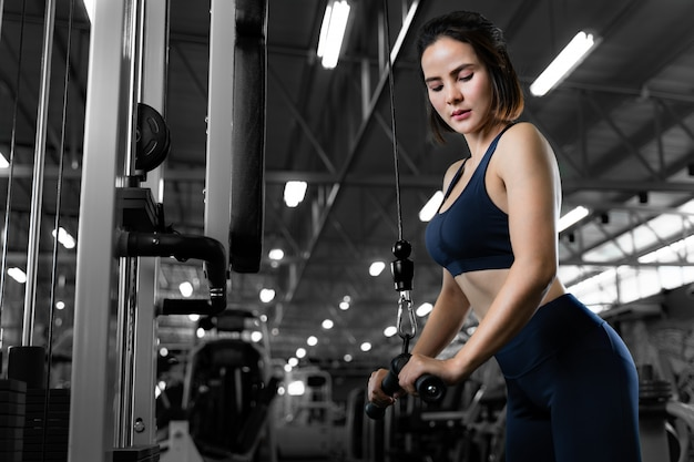Jonge mooie fit vrouw uit te werken in de sportschool