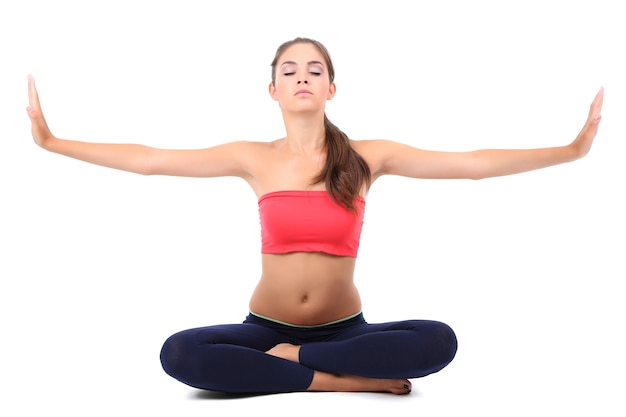 Jonge mooie fitness meisje doet yoga oefening geïsoleerd op wit