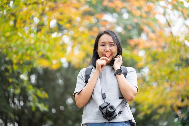 Jonge mooie fotograaf met de professionele camera die foto neemt