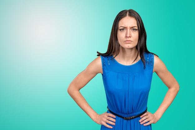 Jonge mooie gefrustreerde boze vrouw