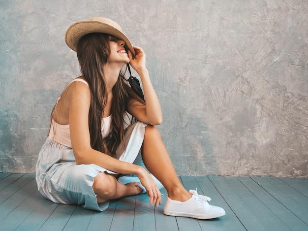 Jonge mooie glimlachende vrouw. trendy meisje in casual zomer t-shirt en rok kleding.