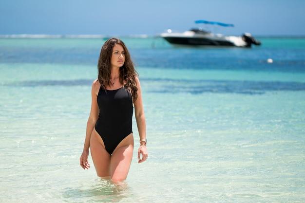 Jonge mooie hete sexy vrouw op het tropische eiland in de zomer in de buurt van de zee
