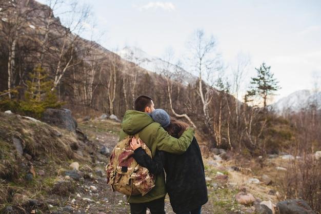 Jonge mooie hipster man en vrouw verliefd samen reizen in de wilde natuur
